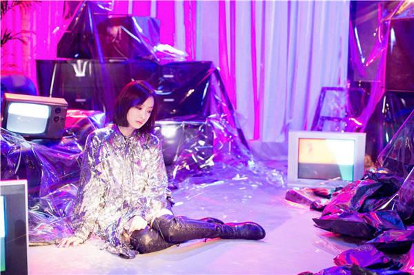 宋茜新歌《怀念》MV公开 化身未来机器人演绎时空恋歌(图3)