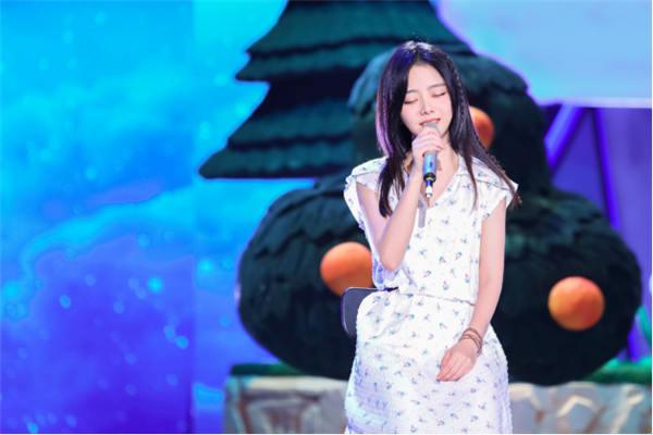 谭松韵原创单曲《我在》温柔上线 诉说陪伴的力量654.jpg